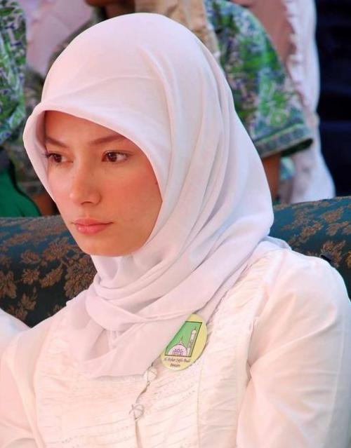 dr Reisa dalam Kostum Kerjanya